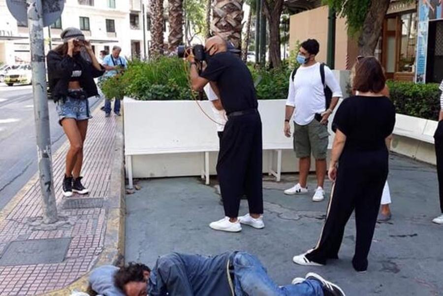 Σάλος με τον Δημήτρη Σκουλό που κάνει φωτογράφιση δίπλα από άστεγο που κοιμάται 2