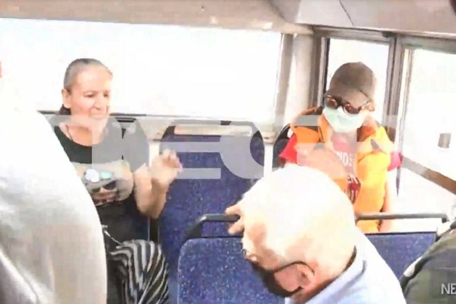 Στα χέρια ηλικιωμένος και γυναίκα στο λεωφορείο για μη χρήση μάσκας 3