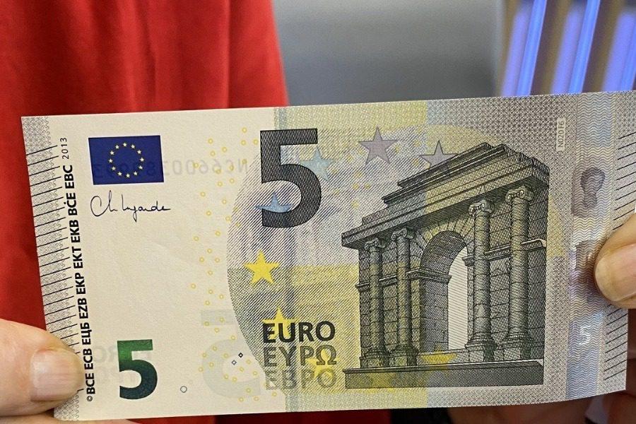 Τα καινούργια χαρτονομίσματα των 5 ευρώ με την υπογραφή της Κριστίν Λαγκάρντ 22