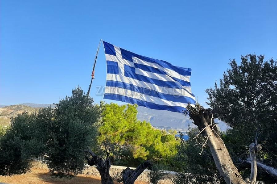 Κρητικός ύψωσε τη μεγαλύτερη Ελληνική σημαία του κόσμου στο Καστελόριζο 13