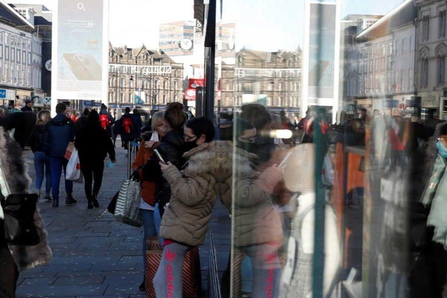 Έληξε το lockdown ξεχύθηκαν στα μαγαζιά οι Βρετανοί 15